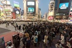 ТОКИО, ЯПОНИЯ - 28-ОЕ ЯНВАРЯ 2017: Район Shibuya в токио Известное и самое занятое пересечение в мире, Япония Скрещивание Shibuya стоковая фотография