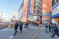 ТОКИО, ЯПОНИЯ - 25-ОЕ ЯНВАРЯ 2017: Станция Shinjuku токио снаружи стоковая фотография rf