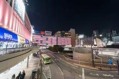 ТОКИО, ЯПОНИЯ - 26-ОЕ ЯНВАРЯ 2017: Станция Shinjuku токио Фото улицы долгой выдержки вечера Расплывчатое движение Автобусная стан Стоковая Фотография