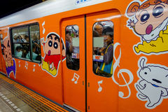 ТОКИО, ЯПОНИЯ - ОКОЛО МАЙ 2014: Толпа пассажиров внутри поезда на станции Ikebukuro в токио, Японии Ikebukuru Стоковое Фото