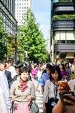Токио, Япония 10 02 толпа 2018 граждан и туристов в деле и вскользь одежды пересекая улицу в популярном районе Ginza  стоковое изображение rf