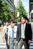 Токио, Япония 10 02 толпа 2018 граждан и туристов в деле и вскользь одежды пересекая улицу в популярном районе Ginza  стоковые изображения