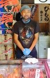 Токио, Япония - 3-ье августа 2017: Тысячи магазинов рыб окружают рынок Tsukiji Стоковые Изображения