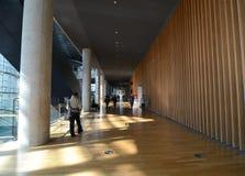 Токио, Япония - 23-ье ноября 2013: Люди посещают национальный центр искусства в токио Стоковое Изображение RF