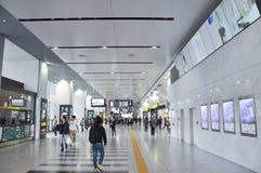 Токио, Япония: 5,2014-Passengers -го ноябрь ждет trai стоковая фотография