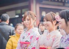 токио asakusa 25-ое января 2015 девушки в японских типичных dres Стоковое Изображение RF