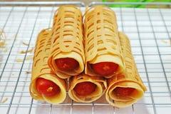 ` Токио Khanom ` свернуло блинчик заполненный с сосиской Стоковые Фотографии RF