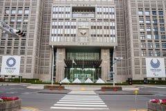 ТОКИО SHINJUKU, ЯПОНИЯ - 8-ое июня 2018: Олимпиады 2020 токио и paralympic логотип на столичном здании правительства в среднем c стоковое изображение