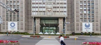 ТОКИО SHINJUKU, ЯПОНИЯ - 8-ое июня 2018: Олимпиады 2020 токио и paralympic логотип на столичном здании правительства в среднем c стоковое фото rf