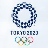 ТОКИО SHINJUKU, ЯПОНИЯ - 8-ое июня 2018: Символ 2020 логотипа Олимпиад токио на столичном здании правительства в среднем городе стоковые изображения