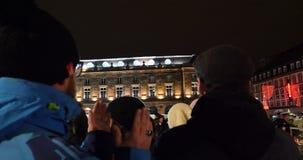 Толпа аплодируя французским полицейским акции видеоматериалы