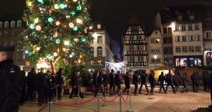 Толпа аплодируя французским полицейским видеоматериал