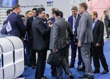 Толпа бизнесменов на форуме газа Стоковое фото RF