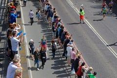 Толпа вдоль следа марафона Стоковые Фотографии RF