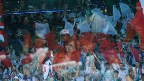 Толпа вентилятора замедленного движения развевает воздушные шары знамен флагов на стойках акции видеоматериалы