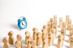 Толпа взглядов людей на голубых часах Люди внимания прикованы к часам Ждать события с течением времени перестановка стоковые изображения rf