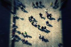 Толпа взгляд сверху на мосте с непознаваемыми сторонами стоковое изображение