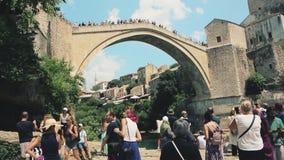 толпа восхищая Мостар Stari большинств мост Босния видеоматериал