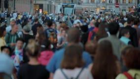 Толпа всех времен в улицах Амстердама - весьма замедленного движения - АМСТЕРДАМ/ГОЛЛАНДИЯ - 21-ое июля 2017 видеоматериал