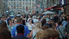 Толпа всех времен в улицах Амстердама - весьма замедленного движения - АМСТЕРДАМ/ГОЛЛАНДИЯ - 21-ое июля 2017 акции видеоматериалы