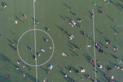 Толпа в спортивной площадке после полудня стоковое изображение rf