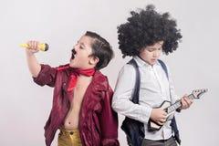 толпа дует вектор рок-звезд музыкантов громкоговорителей иллюстрации Стоковое фото RF