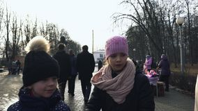 Толпа имеет остатки в центральном парке во время восточного славянского религиозного праздника Maslenitsa в Bobruisk, Беларуси 03 видеоматериал