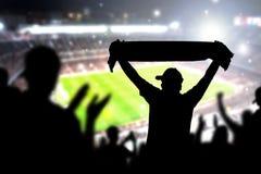 Толпа и вентиляторы в футбольном стадионе Люди в игре футбола Стоковое фото RF