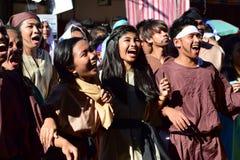 Толпа кричать людей и женщин маршируя, chanting создающ тревогу на улице стоковые фотографии rf