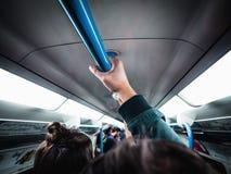 Толпа людей в час пик в интерьере метро трубки Лондона, Лондоне, Великобритании стоковая фотография
