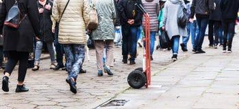 Толпа людей идя на дорогу булыжника Стоковое фото RF