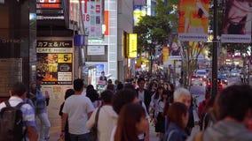 Толпа людей идя через Shibuya на ноче - ТОКИО/ЯПОНИЯ - 12-ое июня 2018 акции видеоматериалы