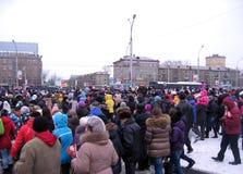 Толпа людей клонит к месту события в Новосибирске на квадрате Marx стоковые фотографии rf
