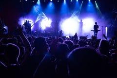Толпа людей перед этапом на концерте в реальном маштабе времени Стоковое Изображение RF