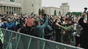 Толпа людей подготавливает для места города марафона под государственным университетом Москвы видеоматериал