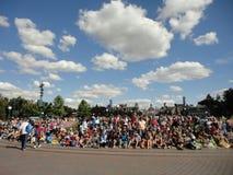 Толпа людей с большим небом Стоковое Изображение