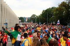 Толпа людей с флагами День молодости мира Краков Польша 2016 Стоковое фото RF