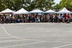 Толпа магазина людей для антиквариатов на фестивале антиквариата Braselton Стоковые Фото