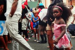 толпа масленицы идя на улицы города с милой малой девушкой стоковое изображение