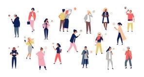 Толпа молодых человеков и женщин держа smartphones и отправляя СМС, говорящ, слушающ к музыке, принимая selfie Группа в составе м иллюстрация вектора
