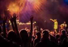 толпа на концерте - музыкальном фестивале лета Стоковая Фотография RF