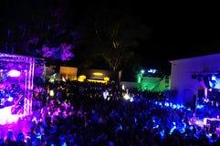 Толпа ночного клуба, Outdoors танцы, неистовство, танцы и потеха иметь Стоковая Фотография RF
