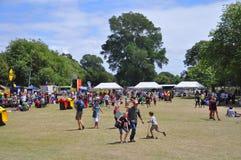 Толпа обеденного времени в парке Hagley на Buskers празднестве мира, Ne стоковые изображения rf