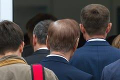 Толпа - очередь людей близко войдите в к конференции - бизнесмены, вид сзади Стоковые Изображения RF