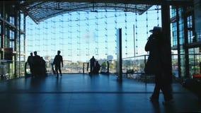 Толпа пассажиров на железнодорожном вокзале, зале авиапорта Багаж нося людей видеоматериал