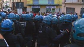 Толпа полицейских агентов во время выраженности на G7 в taormina Сицилии сток-видео
