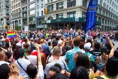 Толпа присутствуя на гей-параде 2018 Нью-Йорка стоковое фото rf
