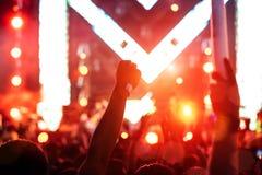 Толпа рук поднимает света этапа концерта Стоковые Фотографии RF
