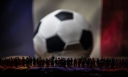 Толпа силуэта на большом запачканном футбольном мяче принципиальная схема творческая Стоковые Фотографии RF