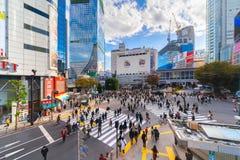 Толпа скрещивания людей на улице Shibuya, одном из самого занятого c стоковые изображения